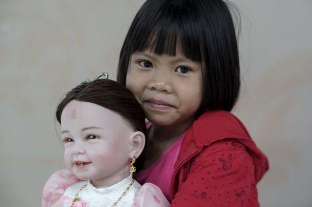 Ồ ạt trào lưu mua búp bê thần tại Thái Lan