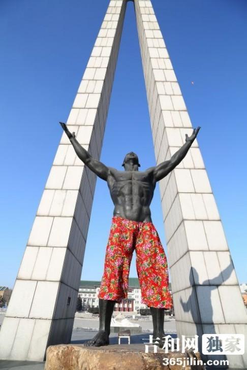 Bức tượng khỏa thân 4 m được người dân mặc quần