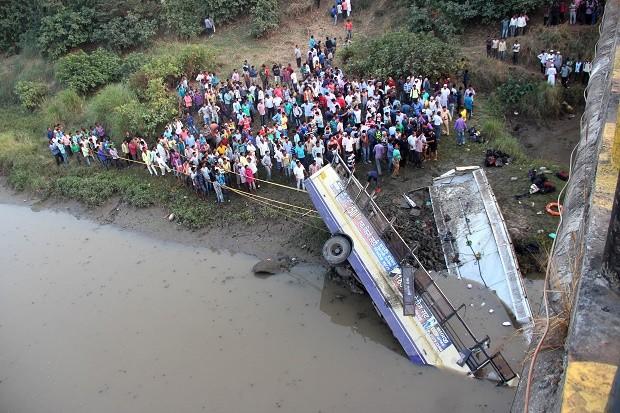 Kinh hoàng: Xe buýt lao xuống sông, 37 người chết
