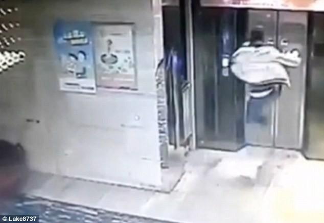 Lọt hầm vì tức giận tấn công... thang máy