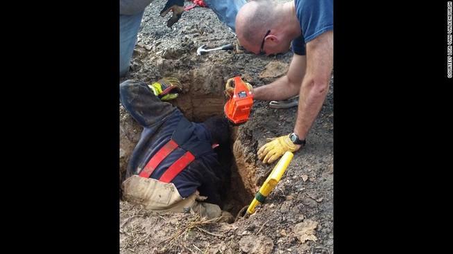 Chú chó mất tích được giải cứu khi đang bị chôn sống