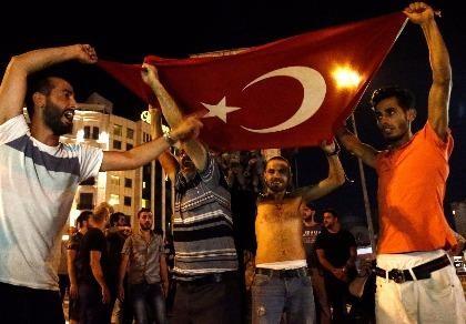 Thổ Nhĩ Kỳ: Đảo chính thất bại, hàng trăm lính bị bắt