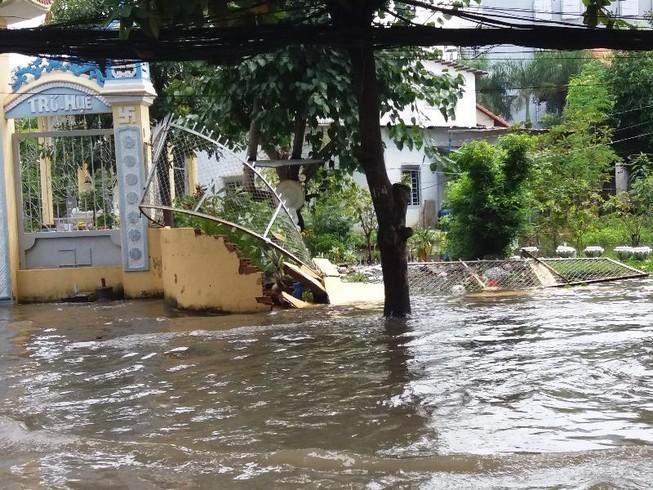 Sáng nay nhiều đoạn đường ở Thảo Điền vẫn ngập sâu