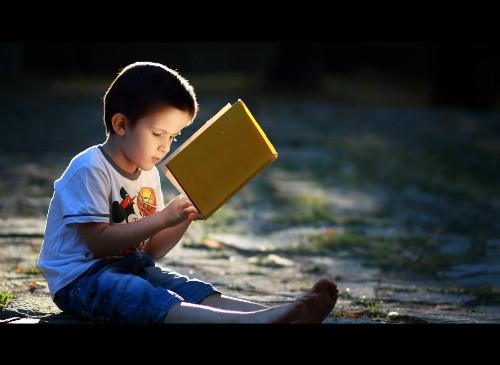 Bài học bất ngờ của ông bố đằng sau đồng tiền kẹp trong sách