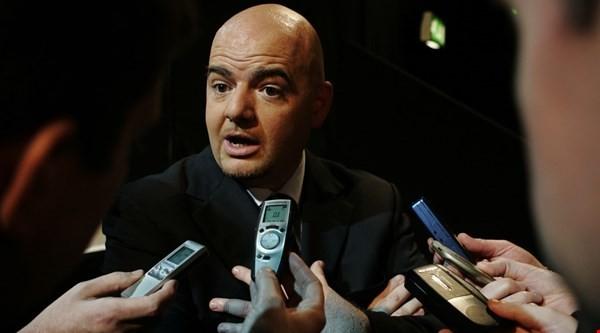 Chủ tịch FIFA đi máy bay giá rẻ và nói về Nga, Qatar