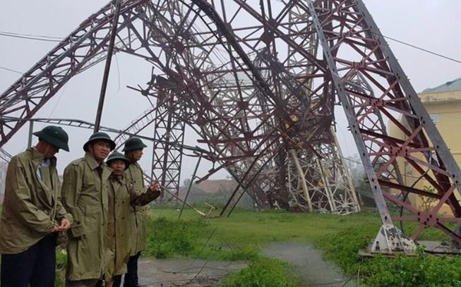 Bão quật đổ cột phát sóng truyền hình cao gần 100 m