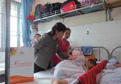 Bộ trưởng Bộ Y tế trao 100 triệu đồng cho bệnh nhi ung thư