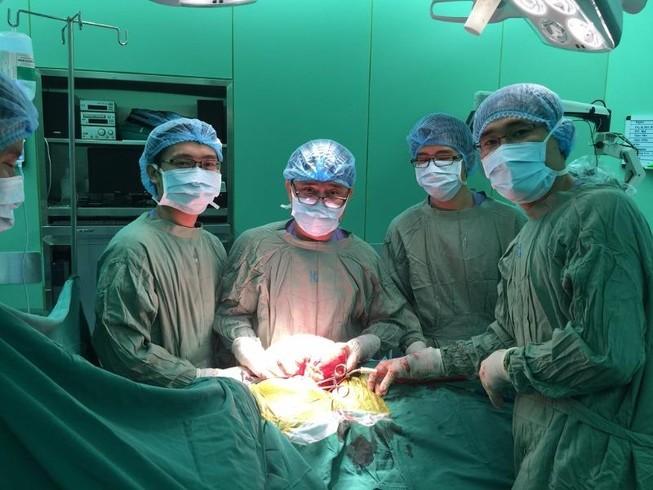 Mổ lấy khối u khổng lồ chiếm toàn bộ khoang màng phổi
