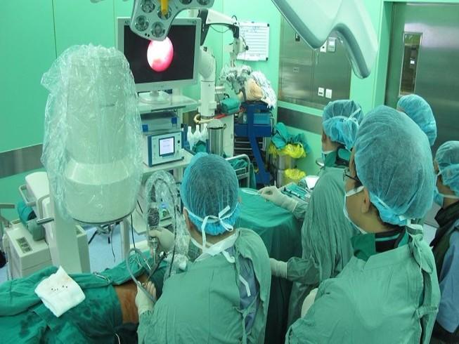 4 lần phẫu thuật lấy viên sỏi thận lớn kỷ lục