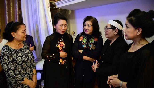 Đông đảo nghệ sĩ, khán giả đến viếng NSND Thanh Tòng