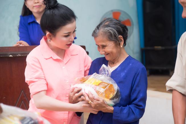 Hoa hậu Janny Thủy Trần về quê tặng quà Tết người nghèo