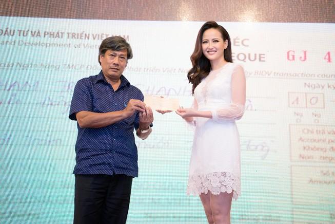 Miss Globe Khánh Ngân về nước, từ thiện bão lũ