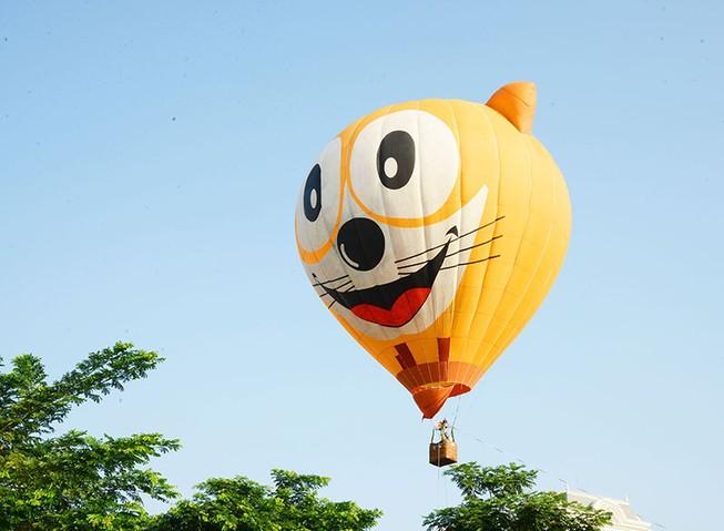 500 người bay cùng khinh khí cầu trong ngày Hữu nghị quốc tế