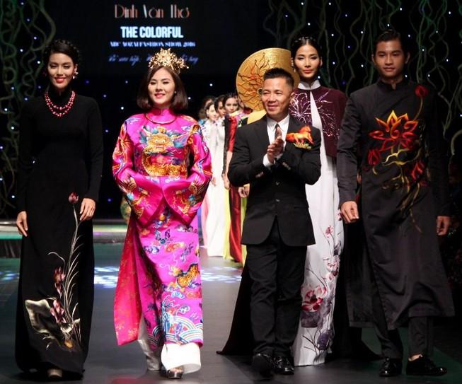640 triệu đồng mua hai chiếc áo dài của NTK Đinh Văn Thơ