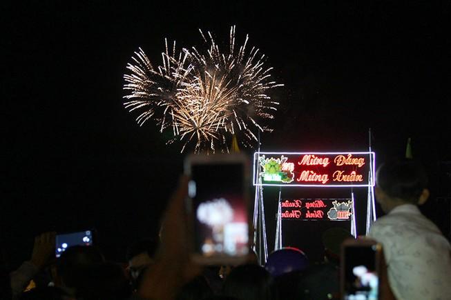 Văn hóa xem pháo hoa giao thừa ở phố huyện cực Nam Tổ Quốc