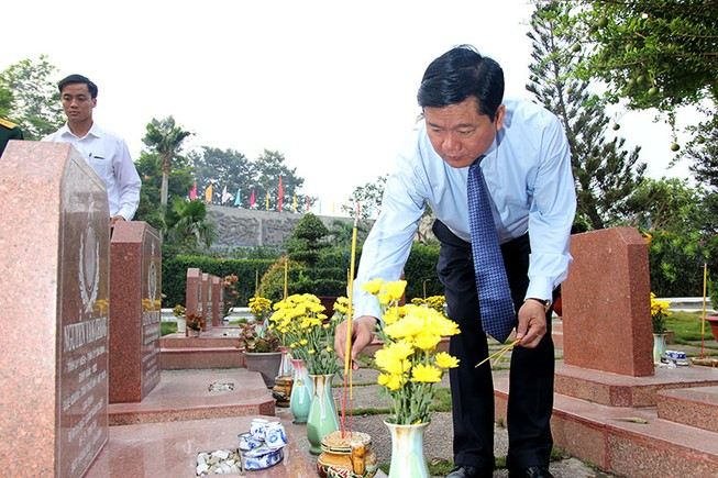 Bí thư Đinh La Thăng dâng hương tưởng niệm các anh hùng liệt sĩ