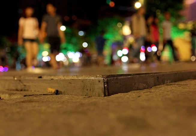 Lồi lõm, bong tróc đá trên phố đi bộ Nguyễn Huệ