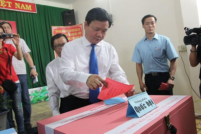 Chùm ảnh: Bí thư Đinh La Thăng đi bầu cử từ sáng sớm