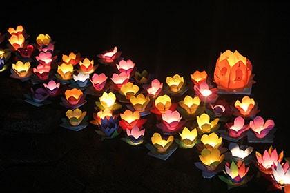 Hàng ngàn hoa đăng rực sáng sông Sài Gòn trong ngày Vu lan