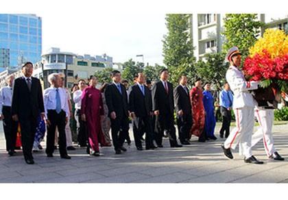 Lãnh đạo TP.HCM dâng hoa tri ân Chủ tịch Hồ Chí Minh
