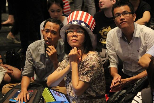 Muôn kiểu chờ đợi kết quả bầu cử tổng thống Mỹ ở TP.HCM