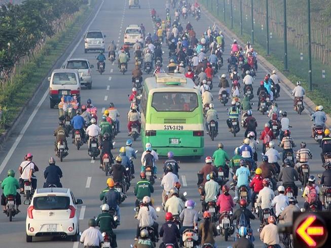 Xe máy chạy lấn hết làn ô tô trên đại lộ Phạm Văn Đồng