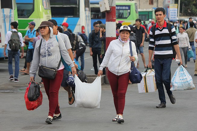 Người dân lỉnh khỉnh đồ đạc trở lại TP.HCM sau Tết