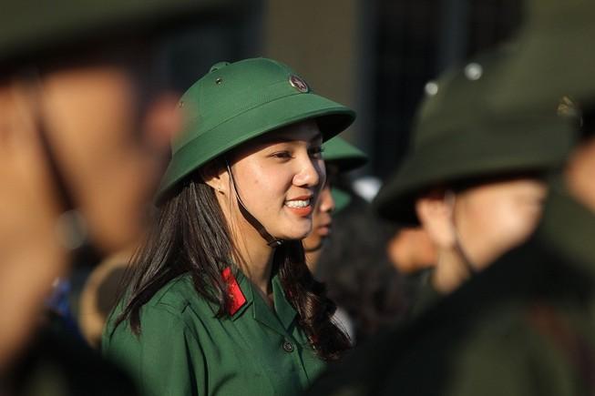 Ngắm nét đẹp của nữ xạ thủ 9x trong lễ giao quân 2017