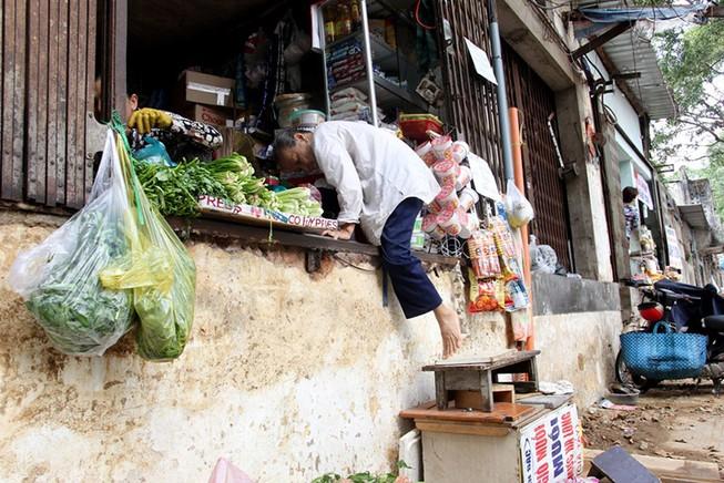 Dân quận 1 khốn khổ leo vào nhà khi bậc tam cấp bị phá