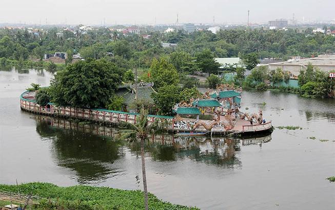Cận cảnh ngôi miếu hơn 300 năm giữa sông ở Sài Gòn