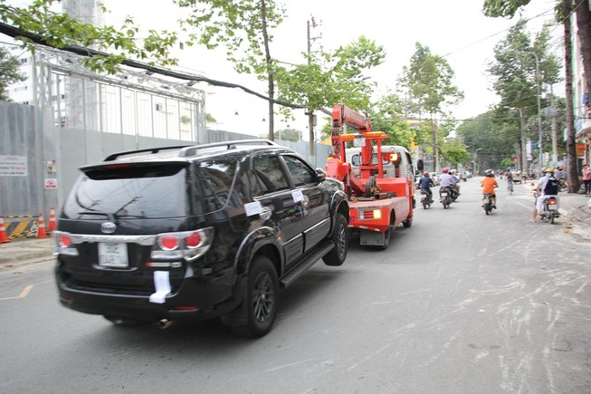 Ông Đoàn Ngọc Hải lại cho cẩu hàng chục xe về trụ sở