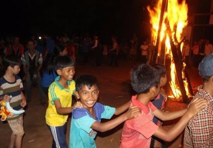 Ảnh: Trẻ em dân tộc vùng sâu vui tết Trung thu với bạn trẻ Sài Gòn