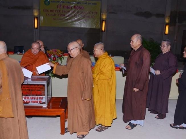 Tăng ni, Phật tử ủng hộ trên 11,3 tỉ đồng cho vùng lũ
