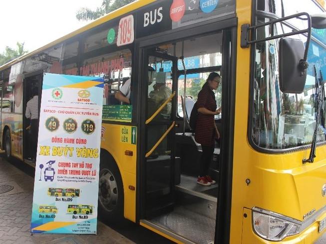 Đi xe buýt để ủng hộ đồng bào miền Trung
