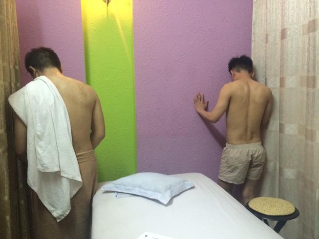 Đột kích ổ mại dâm đồng tính nam núp bóng tiệm spa