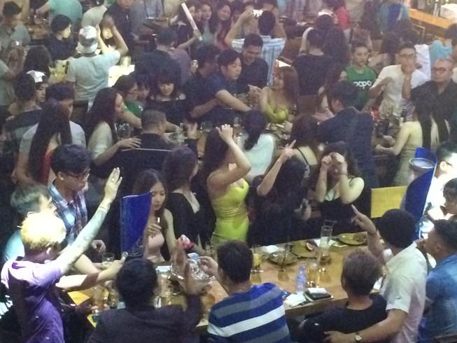 Đột kích 'vũ trường' lộ thiên ở trung tâm Sài Gòn