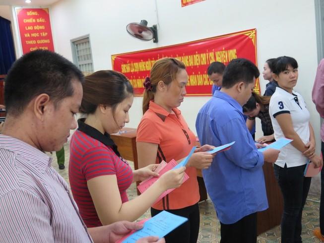 Cử tri là can phạm tại trại tạm giam Chí Hòa chăm chú dò lại thông tin ứng cử viên để tiến hành bầu cử