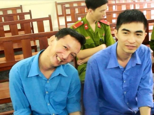 Bị cáo giết người vẫn cười tươi, tạo dáng chụp ảnh tại tòa