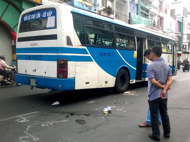 Ngồi tránh nắng, một phụ nữ bị xe buýt cán qua người