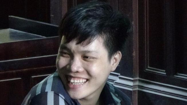 Nam thanh niên giết người ra toà vẫn tươi cười