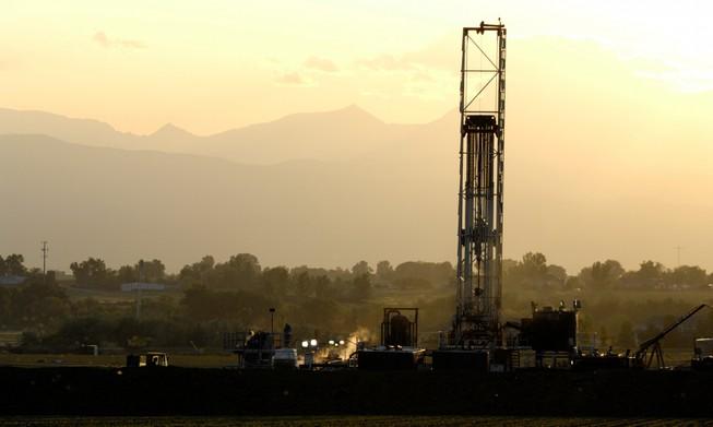 Giá dầu giảm 'hại' thị trường chứng khoán ra sao?
