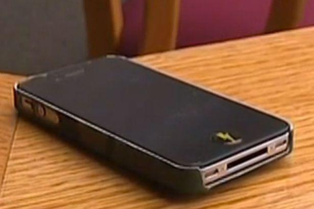Bị bắt giam vì tịch thu điện thoại của con gái 12 tuổi