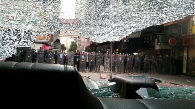 Hong Kong hỗn chiến ngay đêm đầu năm mới