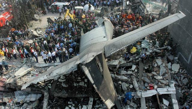 Máy bay chiến đấu lao xuống nhà dân, ba người chết