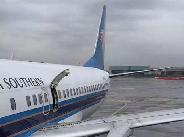 """Mở cửa thoát hiểm máy bay """"hít thở không khí trong lành"""""""