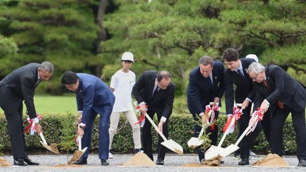 Tổng thống Obama đi thăm đền và tham gia trồng cây ở Nhật