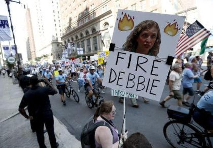Mỹ: Chủ tịch đảng Dân chủ từ chức trước thềm đại hội