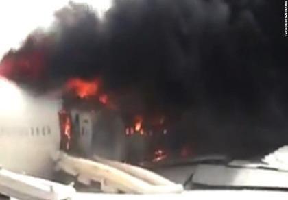 Máy bay chở 300 người đâm xuống đường băng rồi bốc cháy