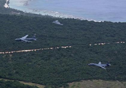 Máy bay ném bom hạt nhân Mỹ phô diễn sức mạnh trên biển Đông