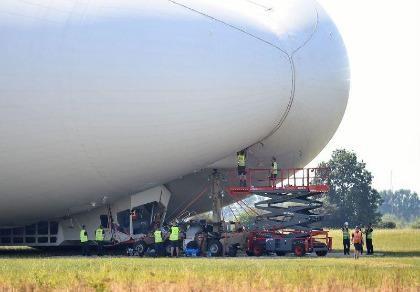 Máy bay lớn nhất thế giới hạ cánh bằng mũi khi bay thử